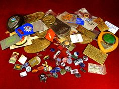 113) Interesting mixed box of vintagesteam and motorcycle related plaques, badges etc Est. £30-£40