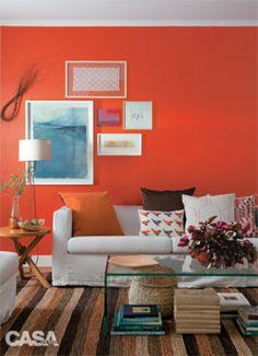 Sala parede cor laranja vermelho vibrante, indicada, segundo a teoria das cores, para abrir o apetite.