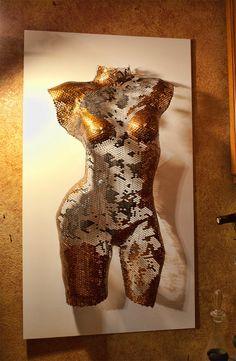 Dusti es una escultura de lío de alambre de torso femenino de tamaño completo que mide 32 de alto por 16 de ancho... Esta escultura única es uno de una clase. Ella es muy ligero ya que ella se hace uso de malla de alambre de aluminio. Después de que su torso se formó, cada plaza individual en la malla fue pintado dándole la definición el artista imaginado a mano  Puede demostrar fácilmente por le cuelgan de un solo clavo en cualquier pared.  Color: Plata, gris y bronce  Tamaño: H 32 x W 16…