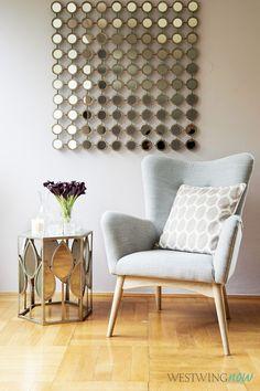 Die Retro-Sessel im Sixties Look sind total angesagt – und harmonieren wundervoll mit dem Spiegeldesign: Der Bezug aus grobem Leinenstoff bietet einen lässigen Kontrast zum Glamour-Stil. Die dezente Farbkombi aus Grau und Mauve wirkt sanft, ohne den Chic zu reduzieren.