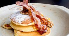 """Wir testen den Food-Trend """"Swavory"""". Falls Sie jetzt nicht wissen, das ist: Gemeint ist ein Mix aus süßen (engl.: sweet) und pikanten (engl.: savory) Zutaten. Dabei kommen dann so Sachen raus wie Gurkenjoghurt oder Rindersteak mit Schokosauce. In den USA lecken sich bereits ganz viele Menschen danach die Finger. Wir haben probiert: Pancakes mit Speck"""