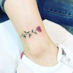 Red rose tattoo on the ankle. Artista Tatuador: Tattooist Up