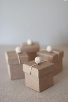 Dekorer gaveesker til bursdagsbarn, gjest eller vertinne