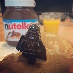 Quelqu'un a été attiré par le #Nutella de notre classique #FridayBreakfast ! #StarWarsTheForceAwakens #DarkVador