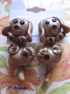 Pendientes perritos colgando, realizados en arcilla polimérica. Tienen una medida de aproximadamente 3,5 cm de largo