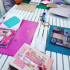 Y mientras en #granplaza2 #empezamos ya nuestra #clase semanal de #scrapbooking !!! #aporeljueves !! #alumnasquemolan #profesquemolan #handmade #hechoamano #scrapbook #scrap #felizjueves #manualidades #thehobbymaker @the_hobby_maker @Gran_Plaza_2 #twitter #facebook