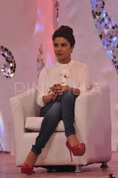 Priyanka Chopra at NDTV's Banega Swachh India Campaign : Priyanka kept it very classy with a white Zara top and jeans with red high heels. Her hairdo and makeup is perfect. Very chic! Fashion News, Fashion Beauty, Street Fashion, Women's Fashion, Fashion Outfits, Celebrity Photos, Celebrity Style, Priyanka Chopra Hot, Priyanka Chopra Makeup