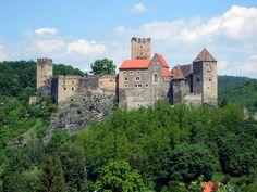 Castillo Hardegg  Este castillo medieval es el espectáculo más interesante de la ciudad de Hardeeg, situada cerca de Hollabrunn, en Baja Austria. La ciudad está situada en el río Thaya en la frontera con la República Checa.Originalmente construido en el siglo 11, elCastillo Hardegg ha perdido gran parte de su significado cuando Bohemia pasó a formar parte del imperio de Habsburgo.st
