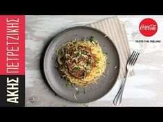 Vegan bolognese by the Greek chef Akis Petretzikis. A quick, easy recipe for a classic pasta sauce in a vegan version with veggies! Vegan Bolognese, Bolognese Recipe, Raw Food Recipes, Vegetarian Recipes, Lentil Pasta, Dairy Free Diet, Why Vegan, Food Categories, A Food