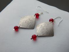 """Boucles d'oreille """"Tuck"""" argentées perles rouge rubis : Boucles d'oreille par bijou-lie"""