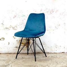 Blauwe velvet stoel Ivy heeft een stoere en industriële uitstraling. Deze eetkamerstoel is perfect voor een industrieel, urban of bohemian interieur! Nu 2 stoelen voor 100,- Blue Velvet, Eames, New Homes, Van, Chair, Room, Furniture, Goals, Shabby Chic