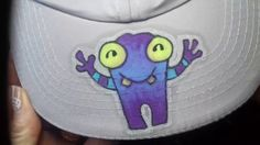Marcadores de pintura acrílica!! Según el sitio www.posca.com los marcadores son permanentes sobre tela si se plancha del revés o sobre cerámica si se hornea...