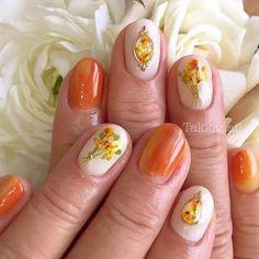 テラコッタカラーに合わせた黄色やオレンジ系の押し花ネイル。可愛らしすぎず、大人っぽいデザインに♪