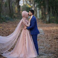 628 Likes, 15 Comments - Tual Moda ( . Tea Length Bridesmaid Dresses, Muslim Wedding Dresses, Muslim Brides, Wedding Couple Poses Photography, Wedding Poses, Wedding Couples, Couple Hijab, Bridal Hijab Styles, Couple Wedding Dress
