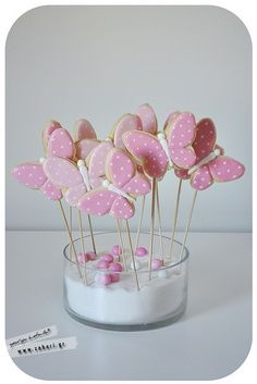 butterfly cookie pops-love them on an angle Fancy Cookies, Cute Cookies, Iced Cookies, Easter Cookies, Sugar Cookies, Cookie Pops, Cookie Icing, Royal Icing Cookies, Cupcakes
