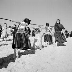 Nazaré, 1953-57, ph. Artur Pastor Extraordinary People, Beach Scenes, World Cultures, Old Photos, Monochrome, Nostalgia, The Past, Around The Worlds, Black And White