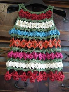 Beautiful short-sleeved or sleeveless shirt made with crochet motifs and flowers with some rows of sampler stitch between motif rows.  ~Lee Ann H #crochetgottaloveit ANDY Y LO QUE MAS ME GUSTA: CHALECO FLORAL