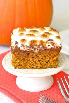 Pumpkin S'mores Snack Cake - a moist pumpkin spice graham cracker cake is topped with melting milk chocolate and gooey oven-roasted marshmallows. It's s'mores perfection with some fabulous fall flare! Mini Desserts, Just Desserts, Delicious Desserts, Dessert Recipes, Yummy Food, Snack Recipes, Oreo Dessert, Pumpkin Dessert, Pumpkin Cakes