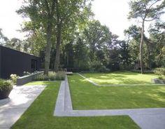 Strakke moderne tuin Dit is een tuin om in te leven; de bewoners genieten dan ook met volle teugen. Er is voor ieder wat wils. 's Avonds heerlijk ontspannen in de jacuzzi, die lekker verscholen ligt in het groen. Puur Groenprojecten heeft deze moderne tuin ontworpen en gerealiseerd.