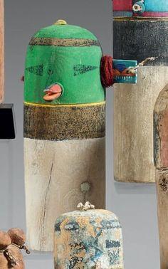 Poupée tubulaire Acoma Milieu du XXème siècle Bois, pigments et laine H: 18,5 cm Masque vert au nez en bec de canard, ouvert et délicatement peint. L'oreille gauche formée d'une pièce de bois peinte d'un… - Eve - 15/12/2014