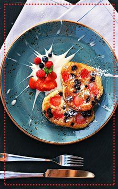 Niech lato zagości na śniadanie – puszyste racuchy z owocami to jest to!