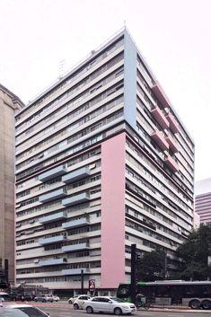 """Edifício Três Marias, 1956, S. Paulo, estado de SP, Brasil. O edifício é conhecido como """"Rosa e Azul"""", devido à aplicação de pastilhas com as cores na fachada. Apesar de concreto, o edifício apresenta leveza visual e estética, pelo equilíbrio no jogo de cores e luz. Foto: Matheus Pereira…"""