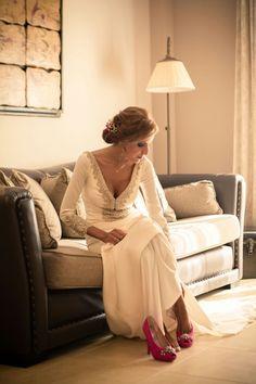 Preciosa foto (http://www.retratosjosebutron.es/blog/jose-y-julia-boda-en-lebrija) de #novia con #Zapatos de JorgeLarranaga.com #WEDDIMGSHOES #PINKSHOES #WEDDING #SHOES #BRIDAL #SCARPE #SCHUHE #CHAUSSURES #OINETAKOAK #SABATES #moda #madeinspain #calzado #artesano
