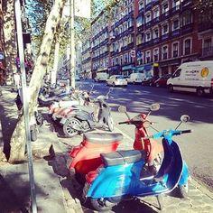 Bora andar de scooter por Madrid?  Existem várias locadoras centrais, uma boa opção pra desvendar os cantos da capital. #gironapangeia #viagem #madrid #trip #scooter #europa #transporte ** ⓔⓝ Let's explore Madrid by Scooter? There are many places in the city centre to rent one. A nice option to discover the Capital. **