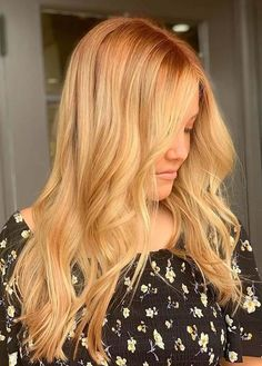 You may easily find here best trends of golden blonde hair colors and hairstyles for long locks to try in year 2020. Ladies may use to wear this updated hair color just to make them look extra charming and cool. Golden Blonde Hair, Golden Brown Hair, Long Locks, Hair Color Highlights, Gold Aesthetic, Aesthetic Vintage, Lady, Latest Hairstyles, Long Hair Styles