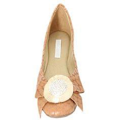 Sapatilha Calcutá Bege - Mezzo Punto  Sapatilha em couro tipo croco na cor bege.  Enfeite tipo laço com pedras de strass.  Solado de borracha.  A Mezzo Punto é uma marca de calçados femininos de altíssima qualidade e sofisticação. Sua linha é ideal para gestantes e recém mamães, pois os sapatos são produzidos com couros e materiais extremamente flexíveis para poder calçar confortavelmente os pés das gestantes e das mamães