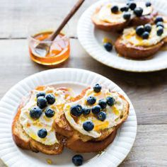 This orange and mascarpone toast is not only a great choice for a first course at weekend brunch; it& also great as a midweek treat served after a meal. What's For Breakfast, Breakfast Dishes, Breakfast Recipes, New Year's Eve Appetizers, Appetizer Ideas, Elegant Appetizers, 5 Ingredient Recipes, Brunch Party, Brunch Recipes