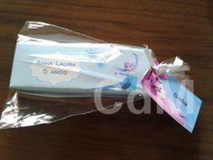 Convite do aniversário de Anna Laura, ele foi assim, embalado e com tag personalizada com o nome do amigo convidado!
