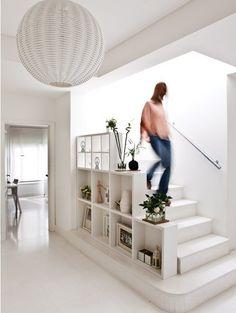 Bel aménagement d'étagères sur le côté de cet escalier. #blanc #épuré #zen