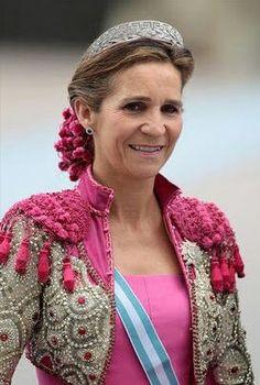 Infanta elena Este traje se lo hizo el diseñador Lorenzo Caprile, iba haciendo referencia a las majas y lleva el moño cubierto con una red de madroños , traje de gollezca