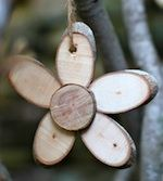 Wood Flowers made out of thin wood slices Wood Slice Crafts, Wooden Crafts, Diy Crafts, Diy Projects To Try, Wood Projects, Wood Flowers, Woodland Flowers, Rustic Flowers, Deco Nature