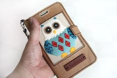 How to make Pretty Mobile Phone Case step by step DIY tutorial. Owl Phone Cases, Cell Phone Wallet, Diy Phone Case, Iphone Cases, Fabric Basket Tutorial, Patchwork Tutorial, Wallet Tutorial, Diy Tutorial, Mobiles