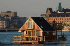 Beautiful Boat Houses | Crazy pics Seattle, Houseboat Living, Water House, Unusual Homes, Floating House, Tiny House Movement, Little Houses, Tiny Houses, Log Houses