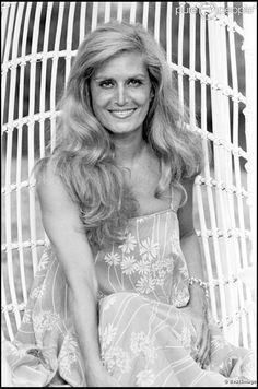 Dalida en 1978 à Saint-Tropez. En 2012, 25 ans après son suicide dans la nuit du 2 au 3 mai 1987, Dalida continue de passionner et de renvoyer l'image d'une diva aux airs de femme fatale. Sa facette intime, celle de la femme désespérée, reste à découvrir... Saint Tropez, Dalida, Famous Singers, Pokemon, Celine Dion, Print Magazine, Brigitte Bardot, Artists, Musica