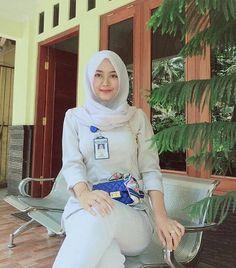 Jilbab Smile: Get Love From Amanda Putri Sweety Hijaber Beautiful Muslim Women, Beautiful Hijab, Beautiful Asian Girls, Casual Hijab Outfit, Hijab Chic, Muslim Fashion, Hijab Fashion, Hijabi Girl, Hijab Tutorial