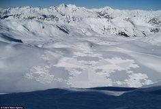 Un complejo entramado en la nieve. Simon Beck puede caminar hasta 40 km durante más de 10 horas para dedicarse a su pasión por el arte