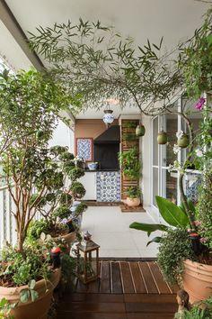 Varanda de apartamento tem jardim vertical e frutíferas