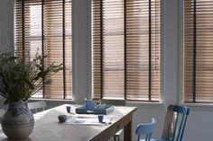 Koel blijven ondanks de hitte? Sluit overdag uw raambekleding om de opname van zonnewarmte in huis te verminderen! www.luxaflex.com