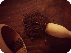 Sapete che in casa e con pochissimo lavoro potete ottenere un oleolito efficacissimo contro la cellulite e le occhiaie ? La caffeina infatti ha tantissime proprietà benefiche, e un oleolito così prodotto sarà una toccasana per la vostra pelle, e magari anche un'idea in più in cucina !     Mol...