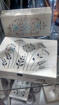 Stencil Opa - Flor de Alho - Mayumi Takushi Decorative Wooden Boxes, Painted Wooden Boxes, Wooden Art, Wood Boxes, Wooden Walls, Altered Boxes, Pretty Box, Jewellery Boxes, Wood Gifts