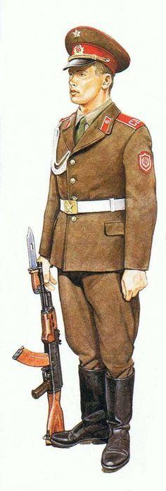 Soldado soviético guardia de honor, pin by Paolo Marzioli Military Art, Military Fashion, Military Style, Army Uniform, Military Uniforms, Combat Gear, Soviet Army, Paratrooper, Red Army