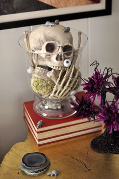 What a great idea!   http://3.bp.blogspot.com/-tyzrwQA5FPI/UIg7j7MjcnI/AAAAAAAAOvM/vZ_rxBjg07Q/s1600/skeleton+in+a+vase-halloween+decor+ideas.jpg