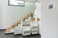 Clever! Den oft verschwendeten Stauraum unter der Treppe sinnvoll und effektiv nutzen.