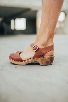 I prefer lady with style to wear fabulous shoes or boots. Clogs Outfit, Clogs Shoes, Shoe Boots, Shoes Sandals, Shoes Sneakers, Clog Sandals, Ankle Boots, Closed Toe Sandals, Oxford Shoes