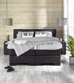 Landelijke stoere slaapkamer met boxspring Stockholm en hanglampen Duco. Mooi te combineren met een muur van steigerhout of vergelijkbaar behang #inspiratie #stylingtip