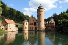 Das Wasserschloss von Mespelbrunn ist aus dem Film Das Wirtshaus im Spessart bekannt.